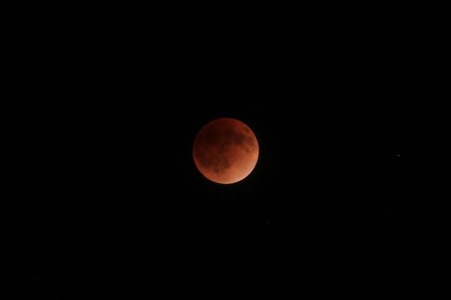 何か起こりそうな不気味な赤い月