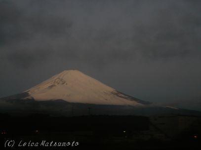 高速から望む富士山