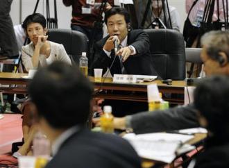 行政刷新会議の事業仕分けで、防衛省関連予算について発言する、民主党の枝野幸男氏。左は蓮舫氏=26日午後、東京都新宿区