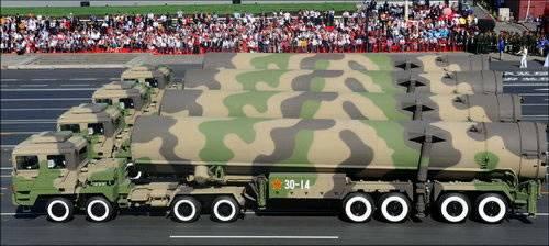 パレードのフィナーレを飾った注目の長距離弾道ミサイル東風。拍手、喝采が最高潮に