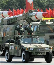 中国建国60年の軍事パレードで、敬礼する兵士とミサイル=1日、北京・天安門広場(共同)