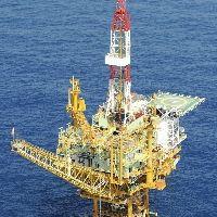 天然ガスを採掘する掘削櫨などの建設が進む白樺ガス田(21年9月)=読売機から川口正峰撮影