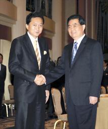 談前に握手する鳩山首相(左)と中国の胡錦濤国家主席=21日、米・ニューヨーク、代表撮