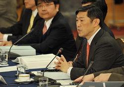 中歴史共同研究の第4回全体会合で発言する日本側座長の北岡伸一・東大大学院教授(右端)=東京都港区で2009年12月24日、西本勝撮影