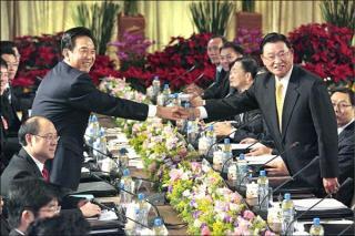 江陳會結束,江丙坤及陳雲林兩位政治老手昨天卻同樣栽在敬酒上,讓原本充滿政治意味的場合,頓時笑點滿場