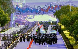 21 大陸海峽兩岸關係協會會長陳雲林21日中午抵達台中,一早警方就加強戒備,在會場四周的封鎖線#20296;滿人力,