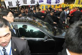 大陸海協會會長陳雲林23日參觀台中縣大甲鎮瀾宮,車隊在廟#22485;外街道與抗議民#30526;近距離接觸。