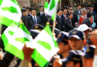 大陸海協會會長陳雲林(右 4)23日前往苗栗三義木雕博物館參觀,抗議團體首度與陳雲林近距離接觸,在封鎖線外大聲#21958;聲,表達立場。