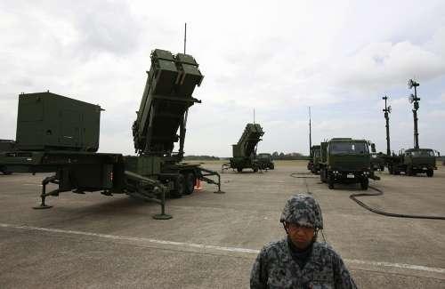 日本自衛隊的一名士兵在愛國者3型防空導彈發射系統旁警戒