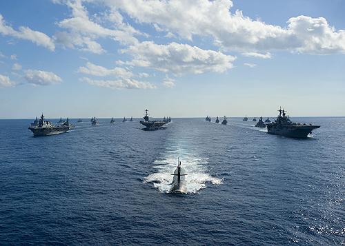 日米共同統合実動演習の最終日、洋上で会合、併走する日米艦艇。中央の米潜水艦の後方は米空母「ジョージ・ワシントン」、左端「ひゅうが」など(12月10日、太平洋で=写真はいずれも統幕、米軍HPから)