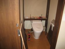 トイレ収納棚の作業風景2