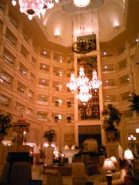 早朝のランドホテルロビー