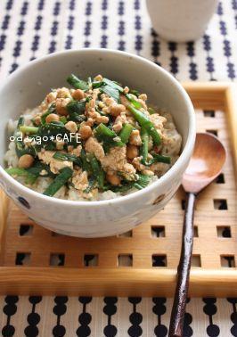 ピリ辛にら豆腐の納豆とじ丼