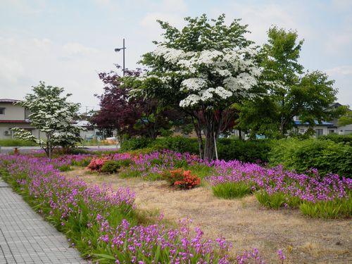 山形鉄道赤湯駅前の小公園