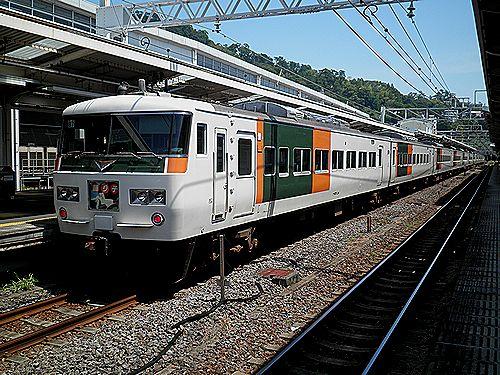 東チタ185系「B7編成」(熱海駅)
