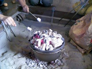 囲炉裏でマシュマロ