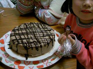 チョコケーキ飾る。