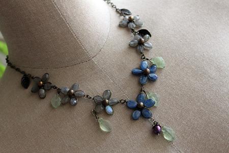 カイヤナイトの花ネックレス