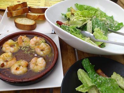 海老のアヒージョとシーザーサラダ
