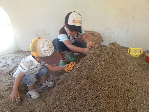 砂場でトンネル掘りその1