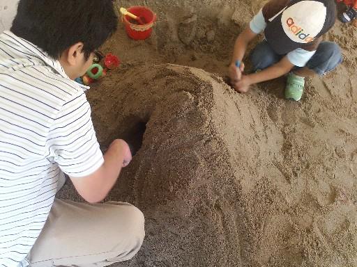 砂場でトンネル掘りその2