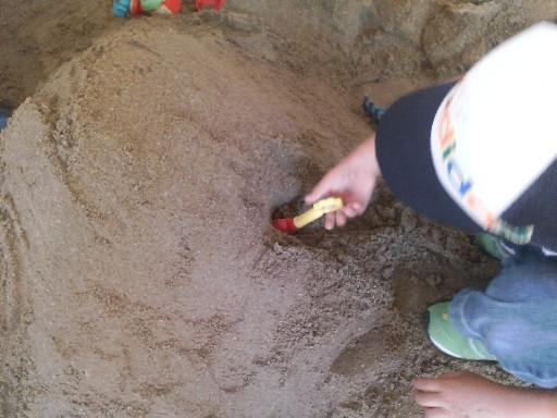 砂場でトンネル掘りその3