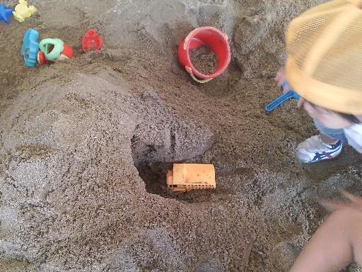 砂場でトンネル掘りその6