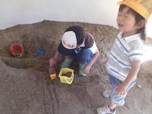 砂場でトンネル掘りその8