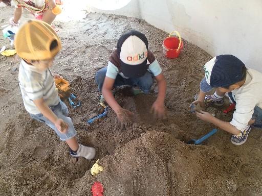 砂場でトンネル掘りその9