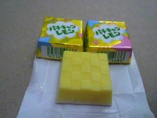 チロルチョコ+パチパチキャンディ=「チロルチョコ パチキャンレモン」