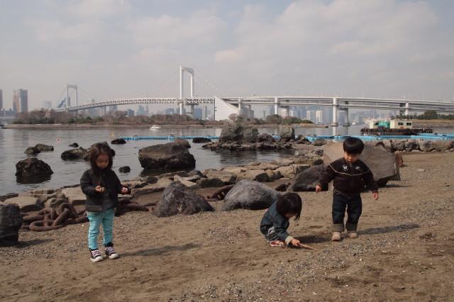 それぞれ個人的に遊ぶ幼児たち