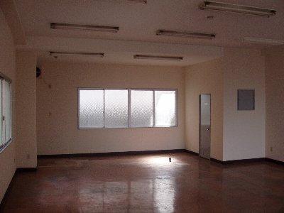②入口から見た奥の壁(窓)