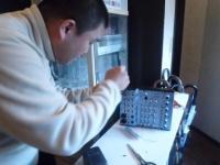 二番弟子さんがPA機器を修理