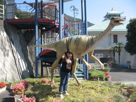 IMG_0039恐竜センター前の恐竜と実織