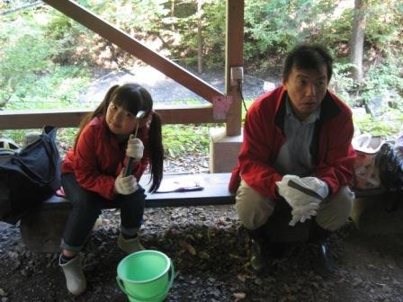 IMG_0055化石発掘体験待機中実織とパパ