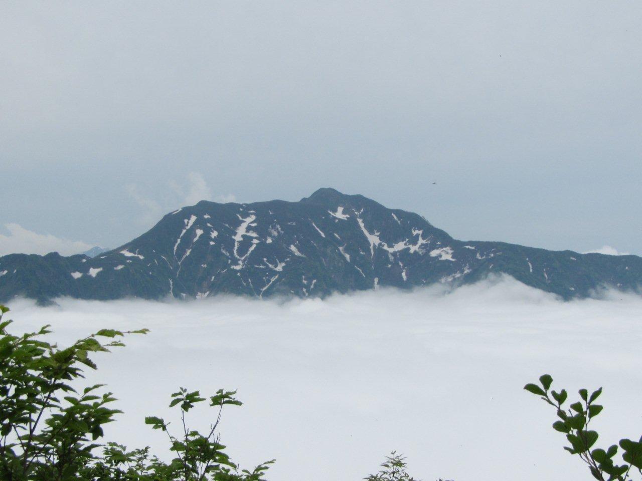 雲海に浮かぶ雨飾山