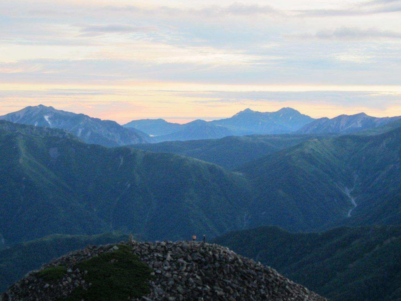 笠ヶ岳山荘から眺める雲ノ平(中央部)と背後の剱、立山