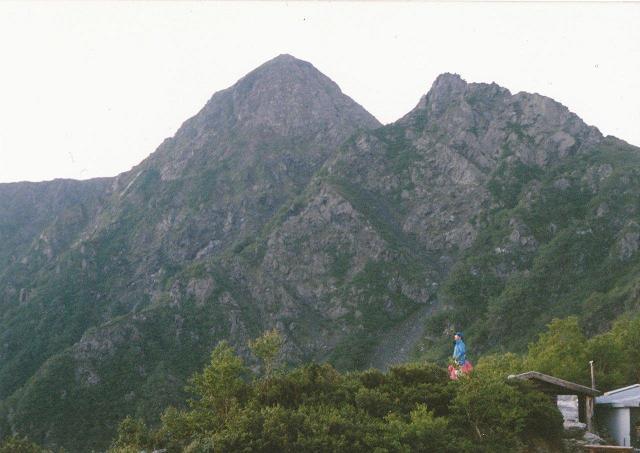 塩見小屋から見上げる塩見岳西峰、右は天狗岩