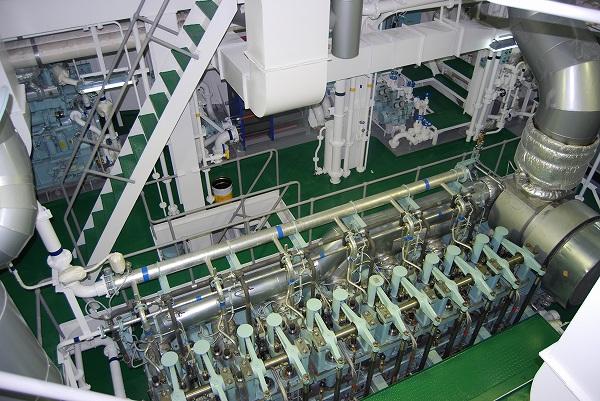 機関室-メインエンジン