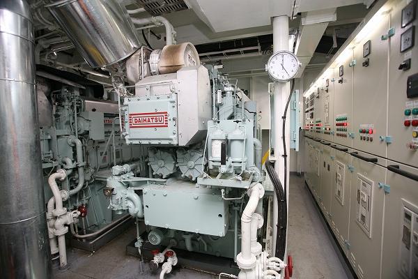 コンパクトな船首発電機室1