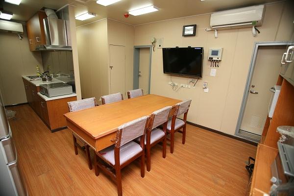 船員室中央部の開放的な食堂と台所