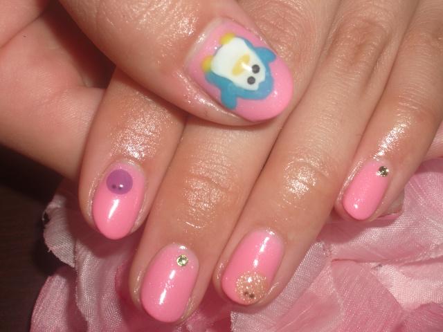 ピンクワンカラーのペンギンちゃん&まるちゃんネイル2