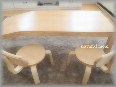 テーブルとイスが全く同じ色!