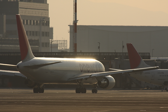 JAL B767-346 JAL3911@エアフロントオアシス沿道(by 40D with SIGMA APO300/2.8EX+APO TC2x)