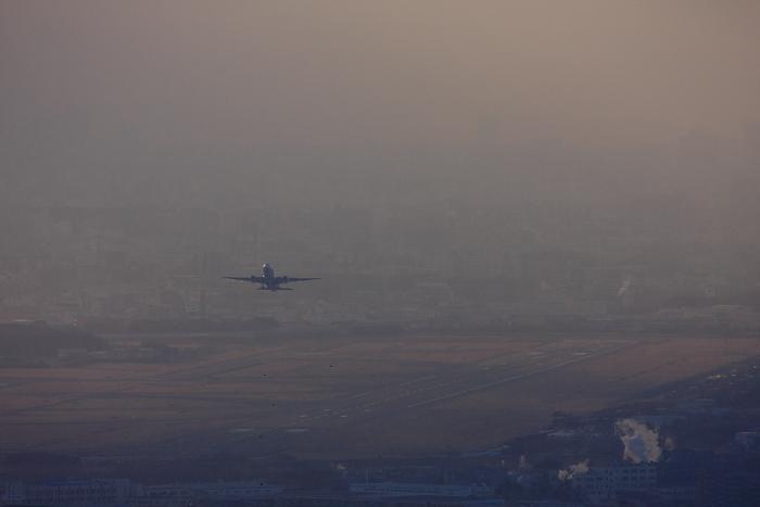 今朝の空港方面の景色&JAL B777-246 JAL102@中山桜台(by 40D with EF100-400/4.5-5.6L IS)