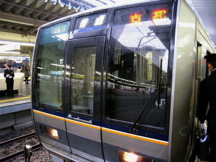 朝の大阪駅ホームにて(by IXY DIGITAL 910IS)