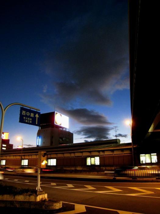 新御堂筋と残照@新大阪駅(by IXY DIGITAL 910IS)