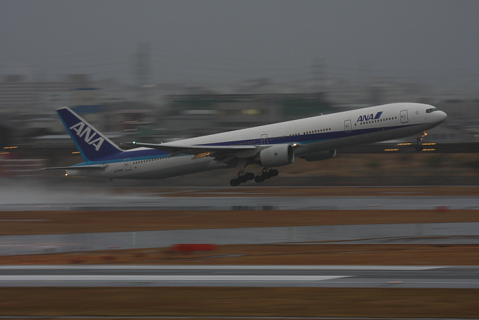 ANA B777-381 ANA34@空港ターミナル展望デッキ/ラ・ソーラ(by 40D with EF100-400/4.5-5.6L IS)