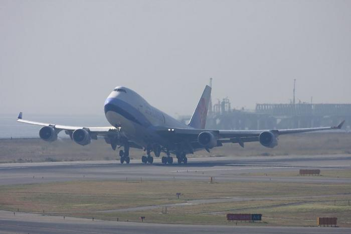 CAL B747-409F CI5128@関空展望ホールSkyView(by 40D with EF100-400/4.5-5.6L IS)