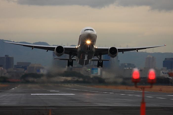 JAL B777-346 JAL2001@RWY14Rエンド(by 40D with EF100-400/4.5-5.6L IS)